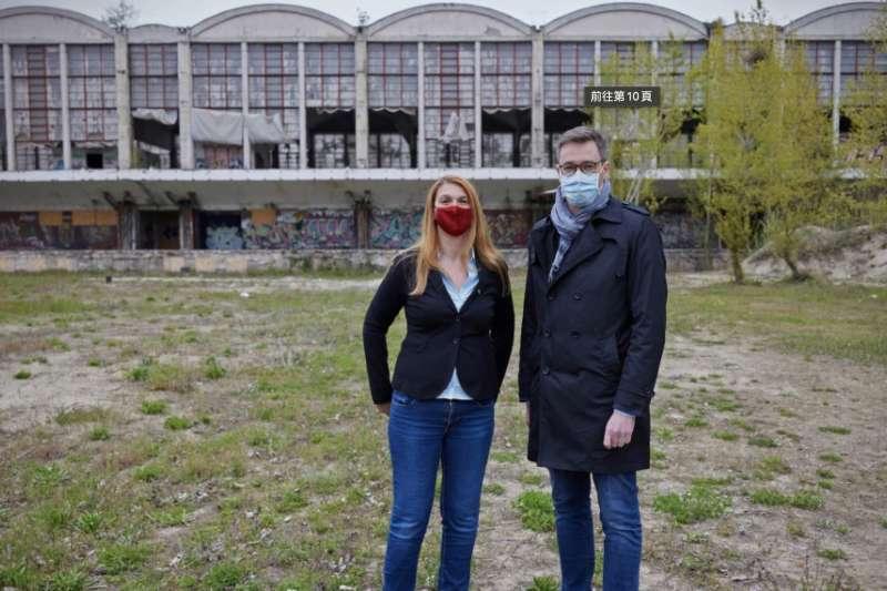 布達佩斯市長卡拉松尼(右)在復旦大學分校計劃校址前合影。(美聯社)