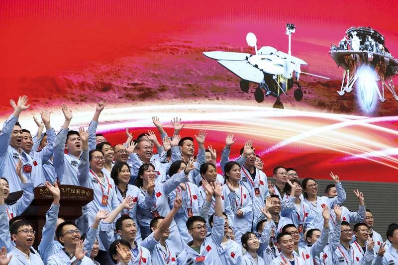 2021年5月15日,中國火星車(探測器)祝融號成功登陸火星,北京航天飛行控制中心歡聲雷動(AP)