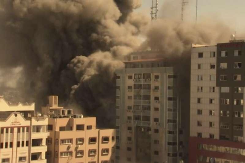 2021年5月15日,以色列空襲、砲轟加薩走廊,首府加薩市一幢媒體大樓化為瓦礫堆(AP)