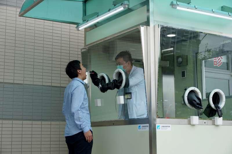 工研院漏夜將2座檢疫亭移往萬華區中興醫院與剝皮寮