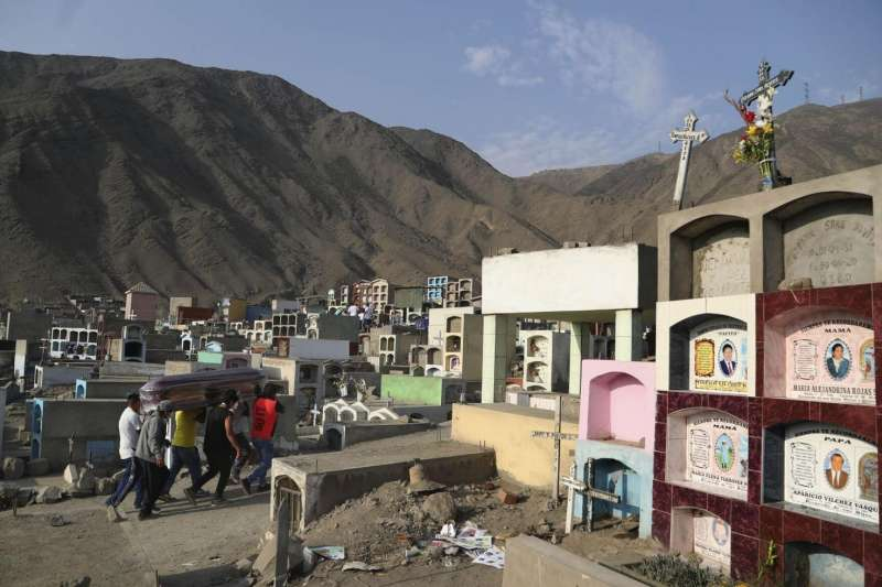 秘魯新冠肺炎疫情嚴峻,死亡人數居高不下,就連墓地都不敷使用。(AP)