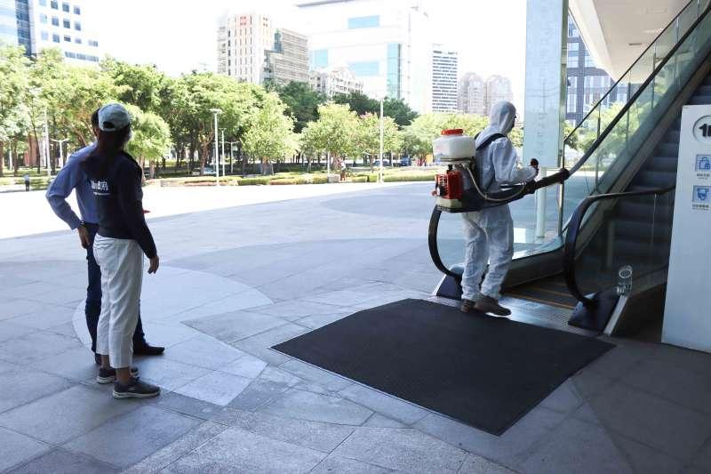 高市圖針對民眾可以接觸到的開放空間,全面消毒戶外廣場、電扶梯把手,加強公共館舍的安全衛生。(圖/高市文化局提供)