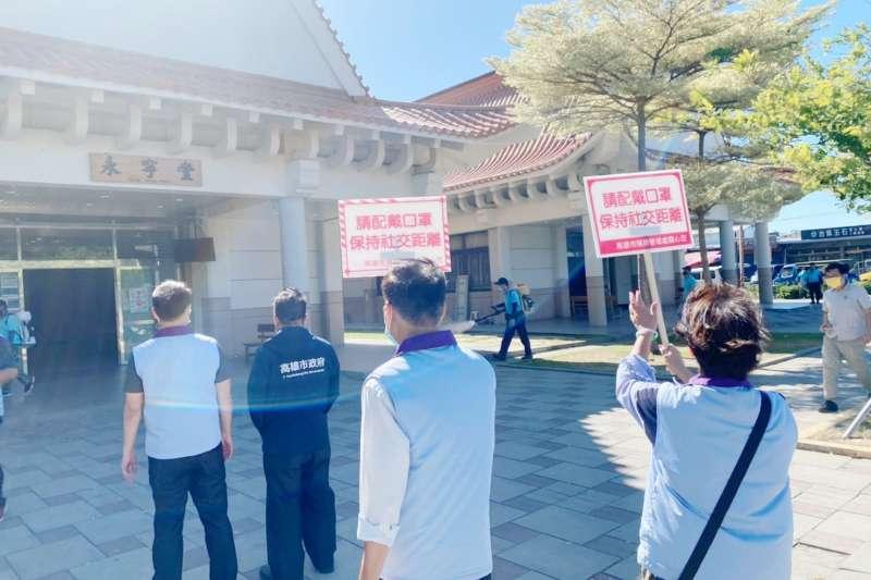 民政局長閻青智前往各殯儀館巡視消毒工作情形。(圖/高市民政局提供)