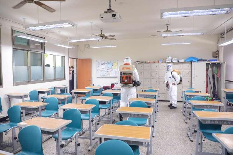 國中會考已經在16是中午結束,台中市府環保局協助各考場學校進行環境消毒。(圖/台中市政府)