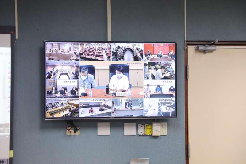 台中市長盧秀燕參加中央流行疫情指揮中心與地方縣市政府防疫視訊會議。(圖/台中市政府)