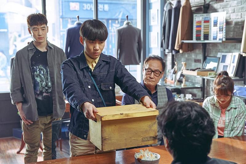 Netflix原創韓劇《Move to Heaven:我是遺物整理師》劇情探討了同性戀、約會暴力以及1995年震驚韓國的「三豐百貨倒塌事件」。(圖/取自imdb官網)