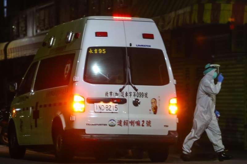 20210517-北市萬華新冠肺炎疫情升溫,救護車救護員身著防護衣出勤。(顏麟宇攝)