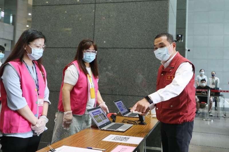 馬偕醫院公告板橋、萬華看診民眾需到戶外門診,新北市長侯友宜(右)表示會要求衛生局了解狀況。(新北市府提供)