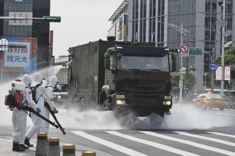 為避免疫情再有擴大,軍方也啟動相關應變機制,包括陸軍化學兵持續消毒。(軍聞社提供)