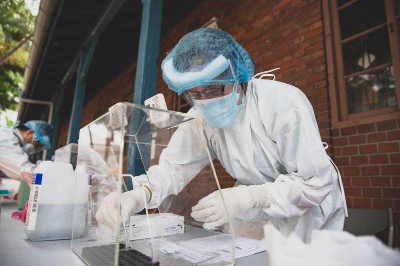20210517-三軍總醫院也新設快篩站,由醫護人員協助篩檢,全力防堵疫情傳播。(軍聞社提供)