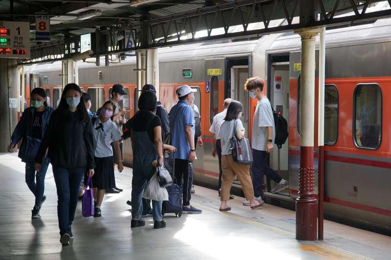 20210517-本土疫情升溫,台鐵北上通勤人潮不多。(盧逸峰攝)