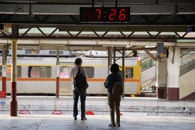20210517-本土疫情升溫,新竹車站候車人潮稀疏。(盧逸峰攝)