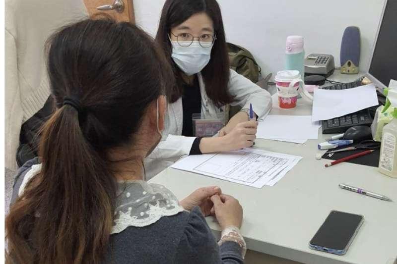 民眾因疫情可能出現壓力反應,南投縣府開辦「免費心理諮商」服務。(圖/南投縣政府提供)