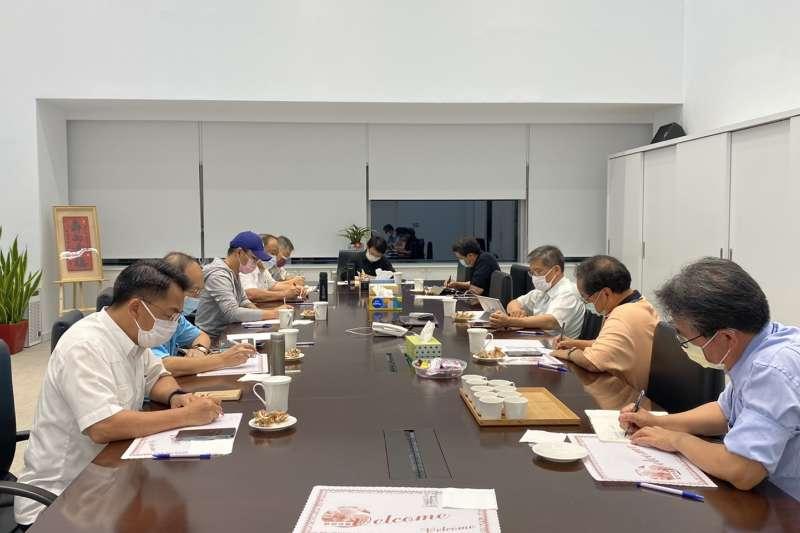 台中市西屯重慶國小一六年級學童確診,市府16日晚緊急召開防疫會議。(圖/台中市政府)