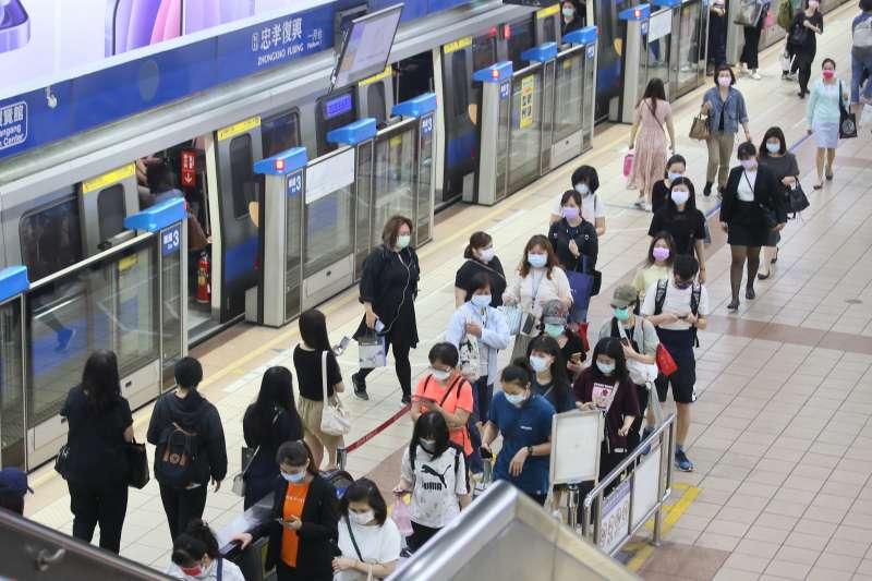 20210517-雙北疫情升級為三級後的首日上班上學日,搭乘大眾運輸民眾明顯減少。(柯承惠攝)