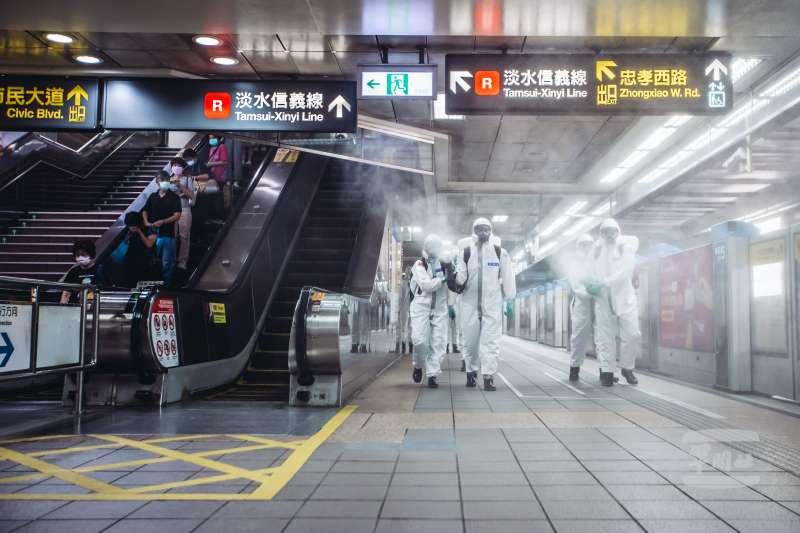 國軍派出化學兵部隊協助台北捷運清消作業。(軍聞社提供)
