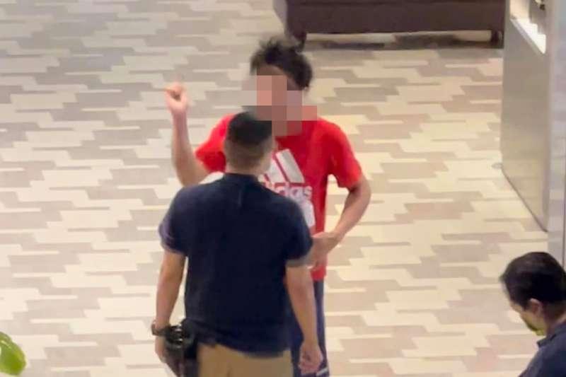46歲男沒戴口罩和商場保全發生口角糾紛。(圖/翻攝自youtube)