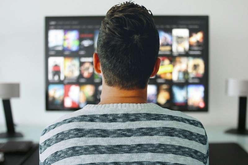 疫情升溫,許多電信業者紛紛推出影音平台的免費序號,讓民眾可以放心在家追劇防疫。(圖/取自pxhere)