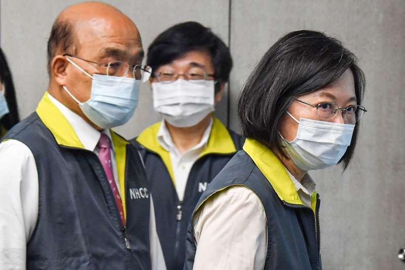 蘇貞昌(左)27日拍板「紓困4.0」方案,急難救助金範圍僅有自營工作者、農漁民、旅遊業而未普及勞工,卻引來許多網友批評。(指揮中心提供)