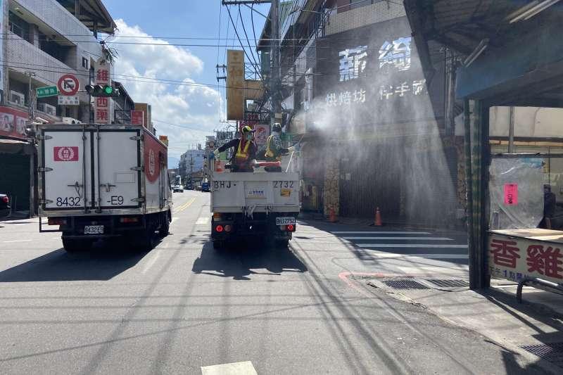 台中市環保局出動百名消毒人力在大里戶外環境作全面消毒。(圖/王秀禾)