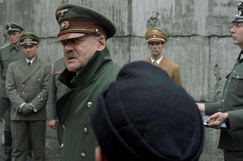 人生倒數十天,希特勒放下過去殘暴形象,變成和藹的老紳士。(示意圖/取自IMDb)