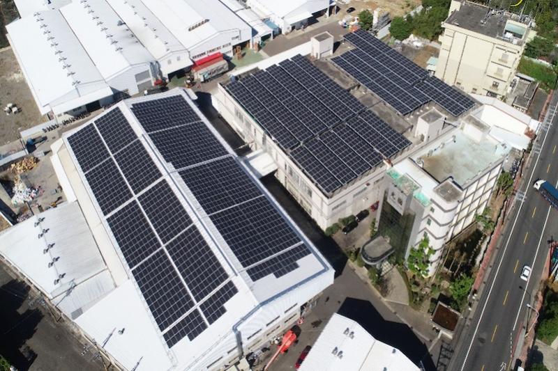 台中市推動再生能源,希望達到「光電四倍增」,市府經發局鼓勵工廠業者加入綠能行列,將工廠建置屋頂型太陽光電納入補助對象。(圖/台中市政府提供)