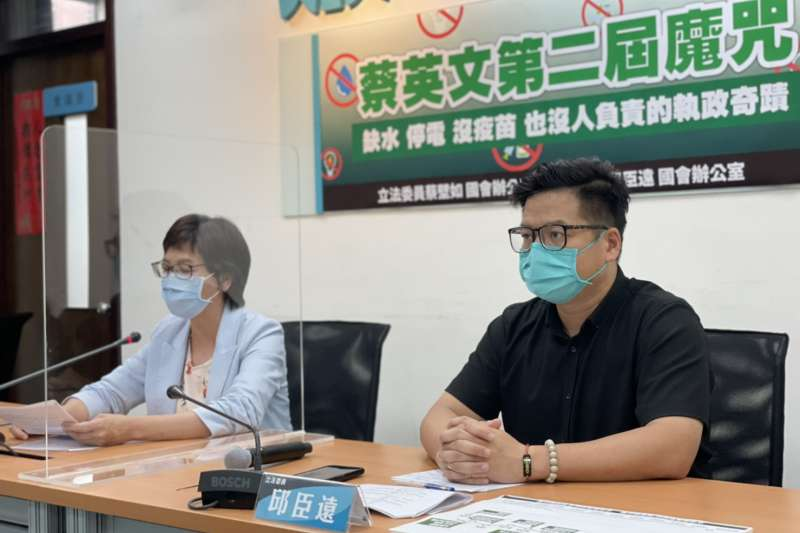民眾黨立委蔡壁如(左起)、邱臣遠19日下午召開「蔡英文第二屆魔咒 缺水停電沒疫苗也沒人負責的執政奇蹟」記者會。(民眾黨團提供)
