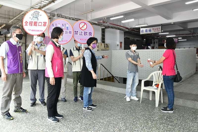 彰化縣長王惠美到溪湖鎮公有市場視察防疫執行情形。(圖/彰化縣政府提供)