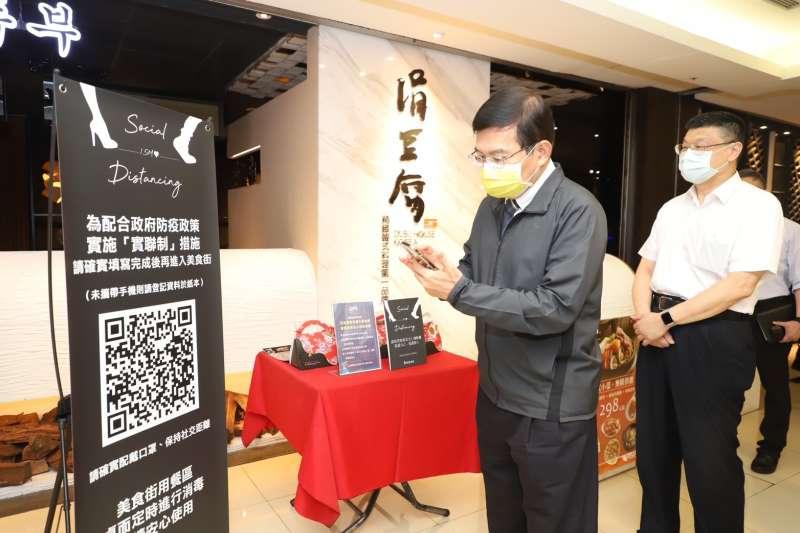 交通部長王國材19日體驗「簡訊實聯制」操作過程。(交通部提供)