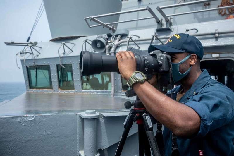 美國海軍第七艦隊18日通過台海,艦上官兵配戴口罩。(取自美國海軍第7艦隊官網)