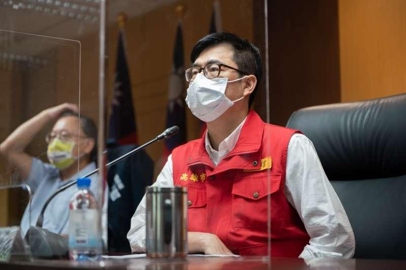 高雄市長陳其邁今日於防疫會議後針對外出未戴口罩者嚴格執法,並要求保持社交距離,嚴守社區防線,請市民朋友務必配合。(圖/高雄市政府提供)