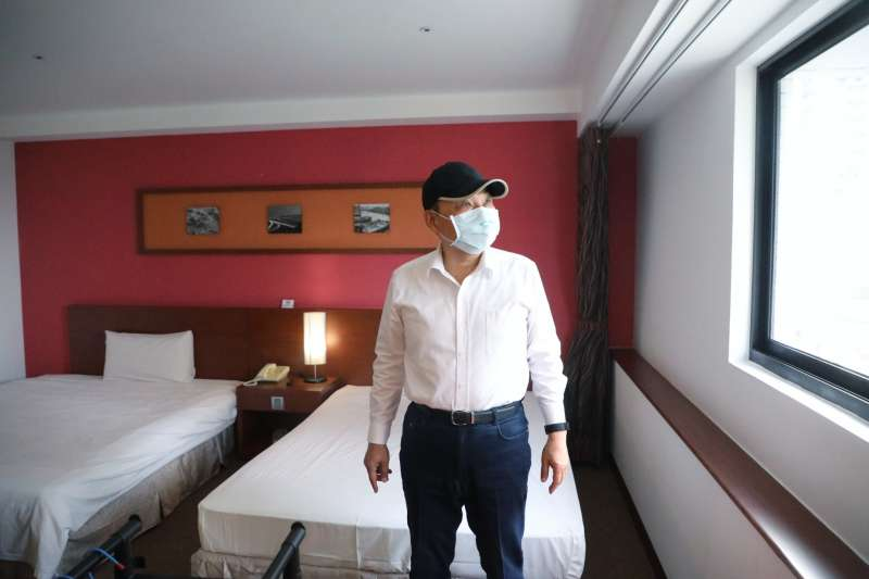 民進黨前立委段宜康在臉書直指,新北市防疫旅館數量僅只有台北市的1/6、桃園的1/2。圖為新北市長侯友宜19日前往視察集中檢疫中心。(新北市衛生局提供)