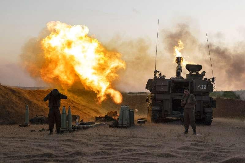 以色列的砲兵19日針對加薩走廊的目標發動攻擊。(美聯社)