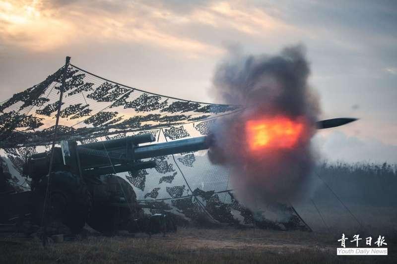 陸軍澎防部、馬防部紛於19日實施「鎮疆操演」、「雲台操演」。圖為澎湖155公厘榴砲實彈射擊。 (取自青年日報)