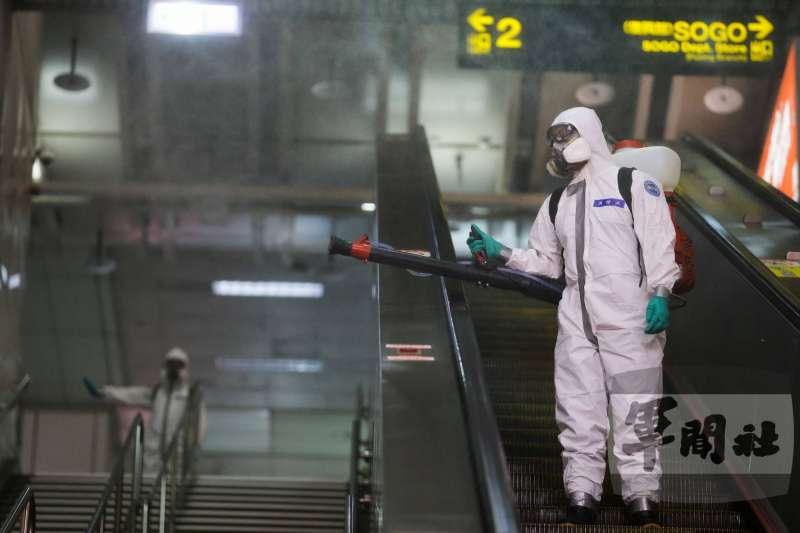 疫情升高,人口稠密的大眾交通運輸系統也在陸軍化學兵消毒範圍之列。(取自軍聞社)