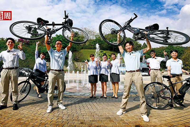 單車管家們教導旅客煞車、暖身、行進手勢到試騎等,完成後才能上路,甚至曾有不 會騎單車的客人,在旅行後能繞日月潭一圈。(圖/商業周刊)