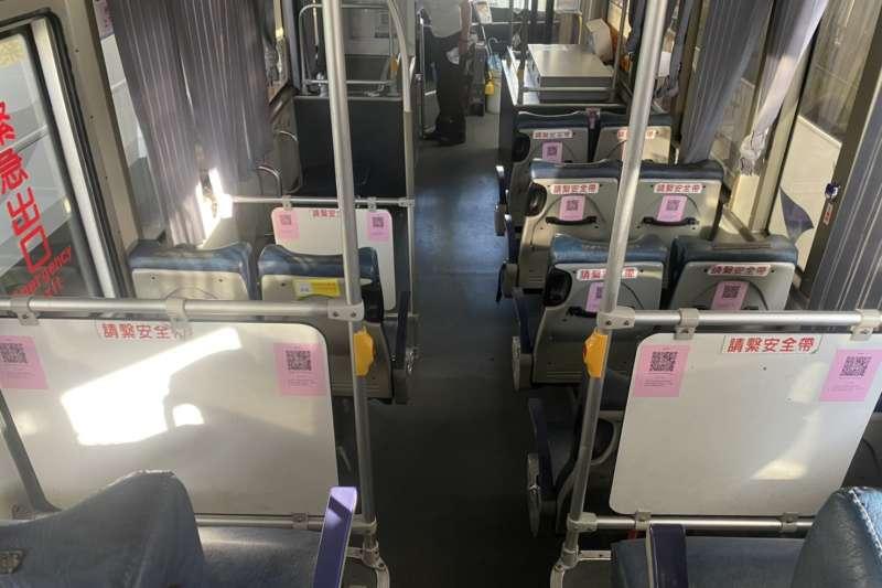 加強防疫,台中市公車均有QR Code供民眾掃描,其中9條公車路線因為行經高、快速道路公車,座位前貼QR Code方便民眾實聯登錄。(圖/台中市政府提供)