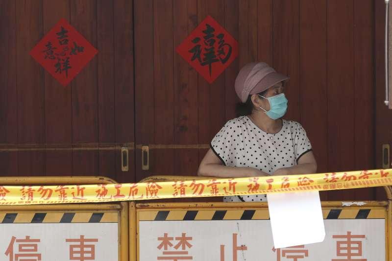 台灣本土新冠疫情嚴峻,萬華剝皮寮快速篩檢站。(AP)