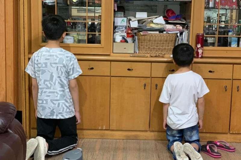 一名媽媽表示,罰跪已經成小孩每天的日常。(圖/翻攝自爆怨2公社)