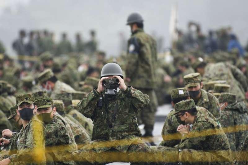 日本陸上自衛隊5月22日在富士演習場舉行演練。(美聯社)