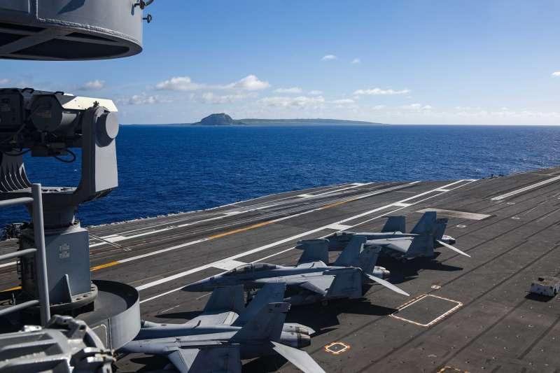 美國海軍的雷根號航空母艦駛經硫黃島。(雷根號臉書)