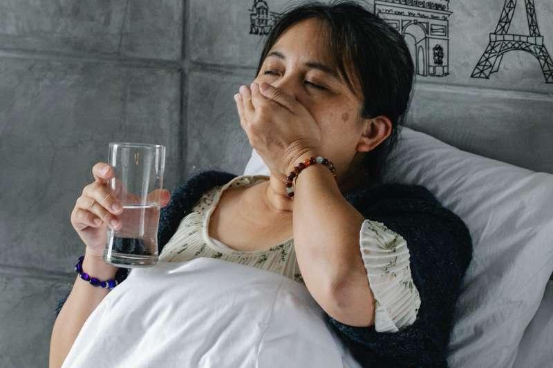 新冠病毒會抑制大腦呼吸系統,讓患者明明缺氧但卻毫無感覺,耽誤送醫而死亡;對此,許書華醫師呼籲「這三種族群」要特別小心缺氧危機。(示意圖/取自Pexels)