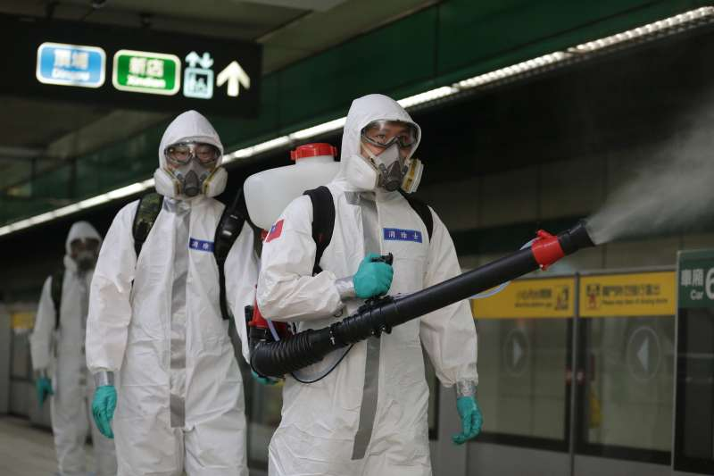 20210525-化學兵25日在北捷消毒。(軍聞社提供)