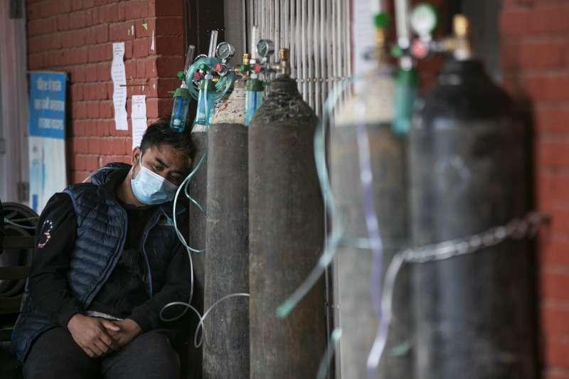新冠疫情下的缺氧危機:尼泊爾醫療體系瀕臨崩潰。(AP)