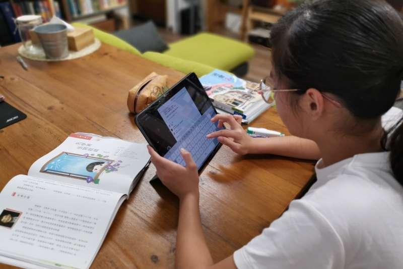 學生在家防疫不停學延長至6月14日,勞工家長有12歲以下兒童或國高中以下身心障礙子女需照顧者,可請「防疫照顧假」。雲端教改配圖。(圖/新北市教育局提供)