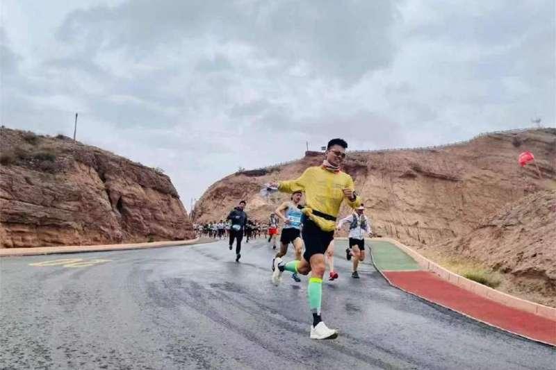 2021年5月22日,中國甘肅一場馬拉松比賽導致21名選手死亡,被牧羊人朱克銘救下的張小濤選手。(取自微博)