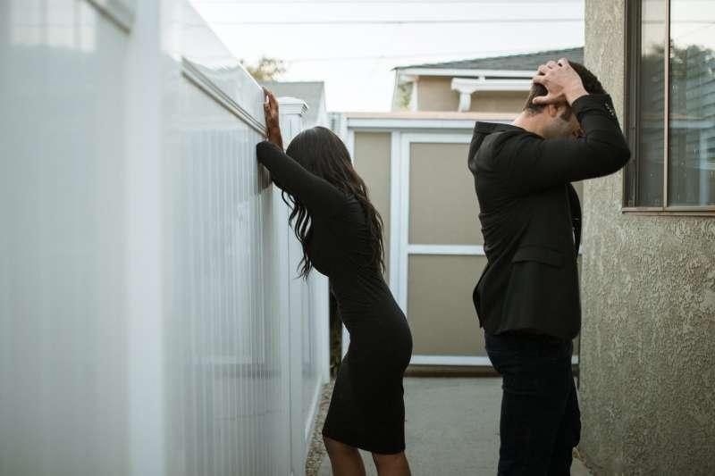 居家防疫期間,夫妻或情侶長時間相處,平時的小摩擦被放大,因此爆發爭吵。(圖/取自Pexels)