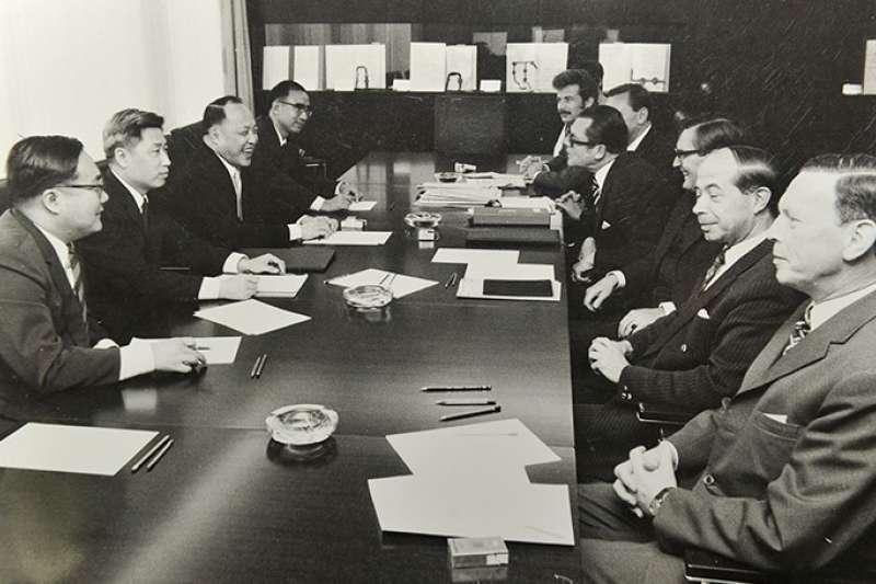 1972年8月18日,中共與西德代表在波昂展開建交談判,由於德國自1941年7月以來便沒有再與蔣中正領導的中華民國政府建立外交關係,堅守「一個中國」的原則,雙方談判極為順利。(許劍虹提供)