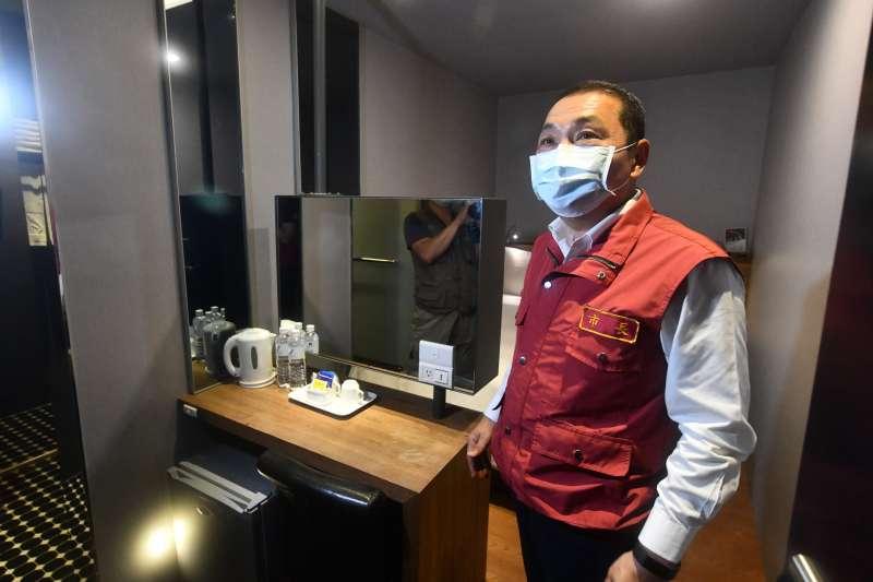 新北市長侯友宜25日訪查提供醫護人員住宿場地飯店業者。(新北市政府提供)