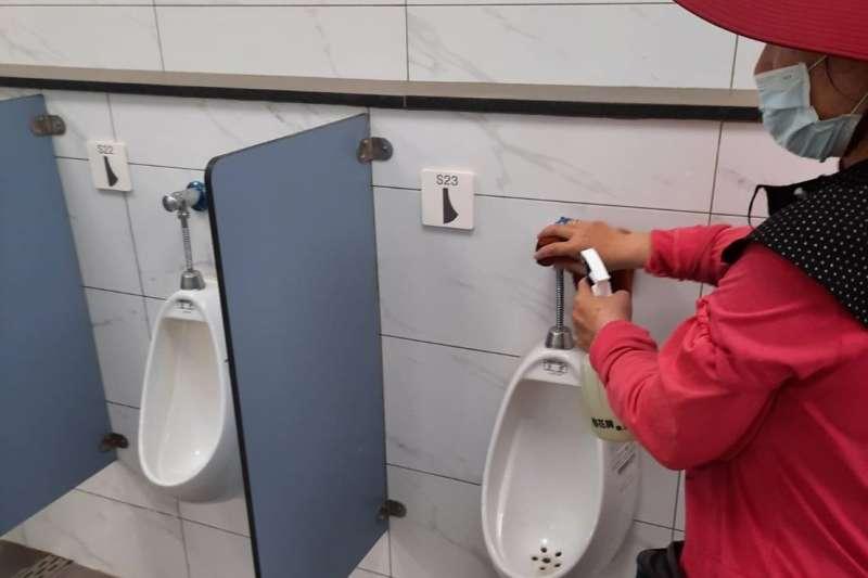 台中市府觀旅局全面加強各風景特定區的各項服務設施防疫工作-鐵砧山公共廁所用稀釋漂白水消毒。(圖/台中市政府)
